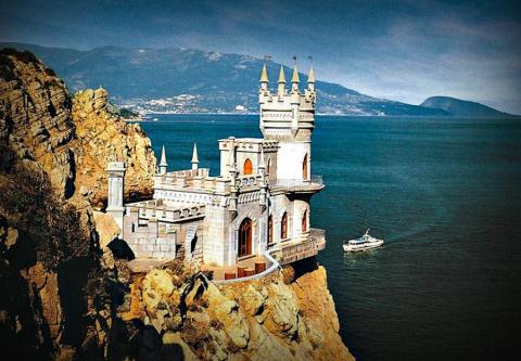 Поток туристов в Крым растет…