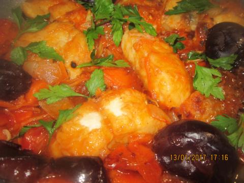 Рыба с черносливом в томатном соусе