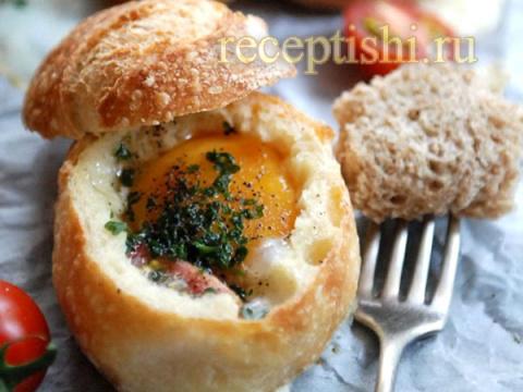 Яйцо, запеченное в булке