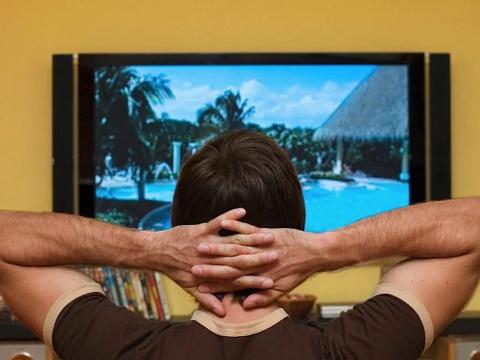 Что больше отупляет: часами зависать у телевизора или в интернете?