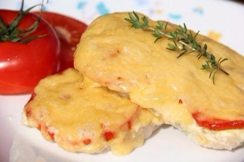 Свинина, запечённая с помидорами и сыром
