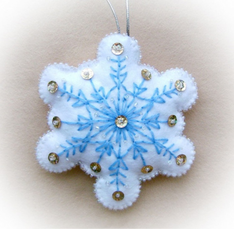 Делаем красивые снежинки из фетра
