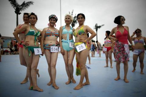 Конкурс бикини среди китайских бабушек