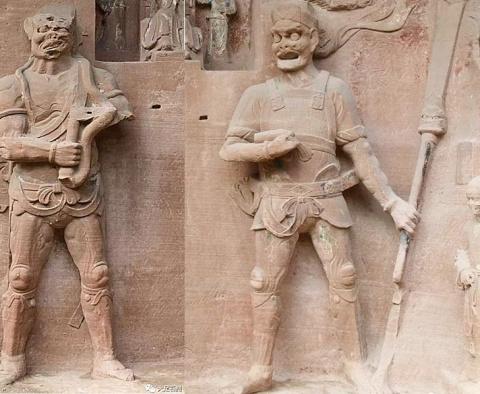 Что держит в руках древняя китайская статуя?