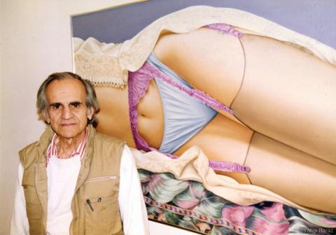 Этот художник рисует только фотореалистичные картины нижней части женского тела в нижнем белье