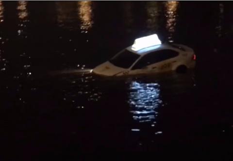 По реке плывет такси, а внут…