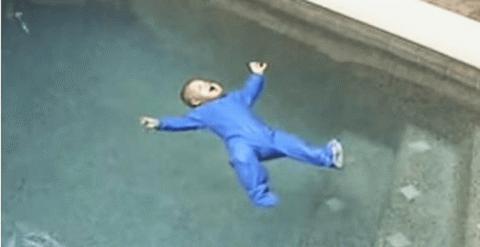 Упав в бассейн, малыш спас ж…