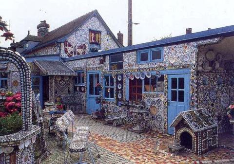 Дом Разбитой Посуды! Здесь всё состоит из осколков – вплоть до будки и лестницы на чердак…) (12 фото)
