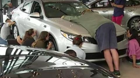Женщина целовала новый автом…