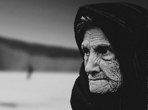 Красноглазая старуха возле м…