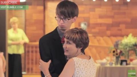 Зажигательный танец мамы и с…