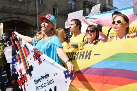 К охране участников гей-пара…