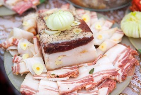 Интересный рецепт засолки сала — мягкое, ароматное, хорошо просоленное в чесночном рассоле!