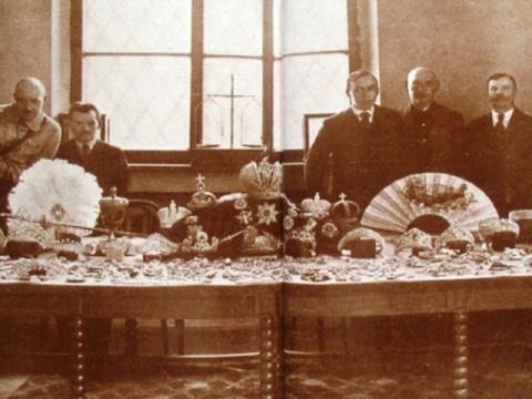 Как большевики продавали драгоценности Романовых