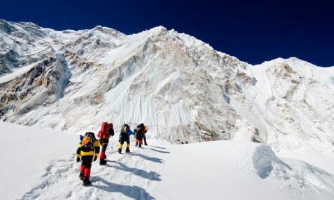 Погибшие альпинисты как указатели маршрута при восхождении на Эверест