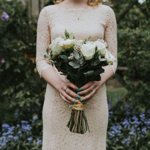 10 очаровательных идей, как сочетать маникюр с букетом невесты