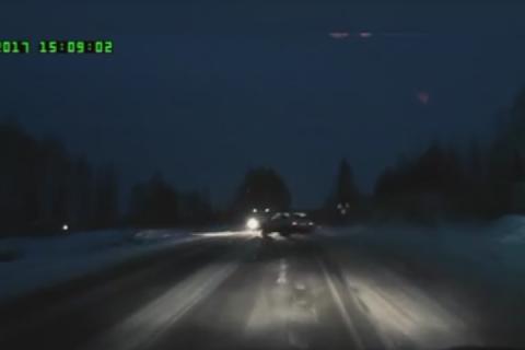 """Момент столкновения маршрутки и """"Нивы"""" в Коми, в результате которого пострадали семь человек, попал на видео"""