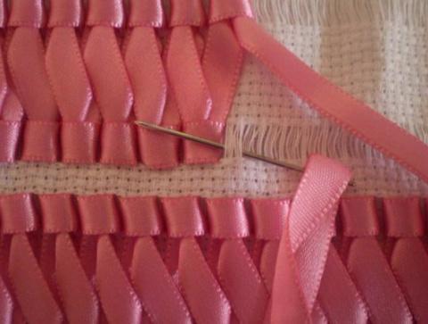Вышивка лентами на салфетках…