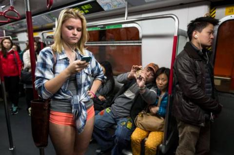 Блондинка вошла в вагон метро, встала напротив, а через пару минут, я смотрел на нее с отвисшей челюстью…
