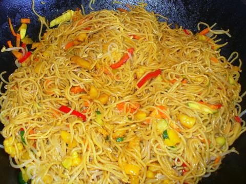 Китайская лапша с креветками и овощами