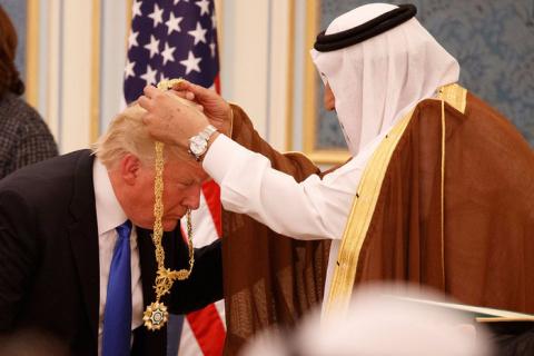 """Эвона как!!! """"Трампаненашего"""" саудиты наградили цепью. Пазл сложился..."""