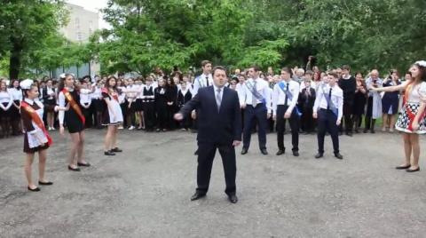 Директор школы показал всем …