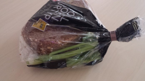 Поместите сельдерей и хлеб в полиэтиленовый пакет. Как хорошо это работает