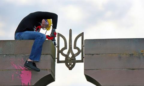 Польские националисты разруш…