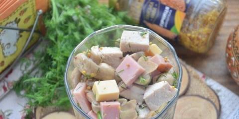 Салат с ветчиной, сыром и гр…
