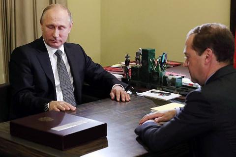 Путин снизил зарплату себе и Медведеву