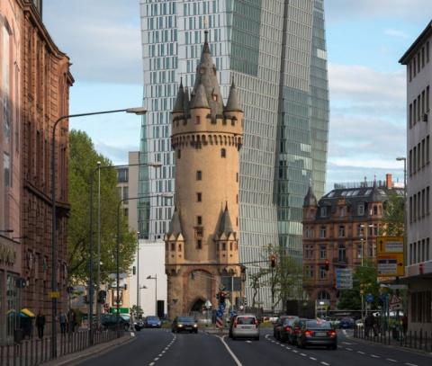 Средневековая башня в центре…