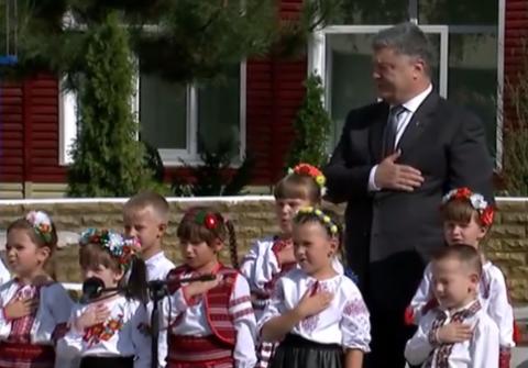 Порошенко пообещал, что украинский гимн будет звучать в Крыму