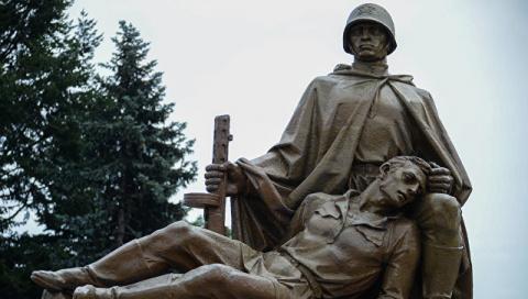 Глава МИД Польши: Варшава отказалась заботиться о памятниках красноармейцам