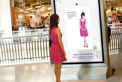 В Британии постеры научились подстраиваться под цвет одежды зрителей