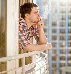 Мужику придется заплатить штраф соседу за курение на собственном балконе