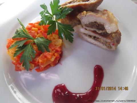 Фаршированные рулетики из свинины с салатом из перцев