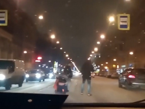 «Мужики, хорош!»— автомобилисты устроили драку вцентре Петербурга