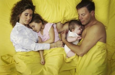 С кем спать ребенку? Плюсы и…