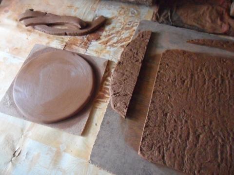 Пласт раскатываем скалкой до одинаковой толщины,затем деревянным поленом наносим узор.Неровные края обрезаем.