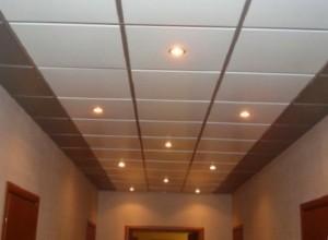 Как клеить потолочную плитку…