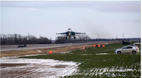 Под Ростовом на автотрассу приземлились три боевых истребителя