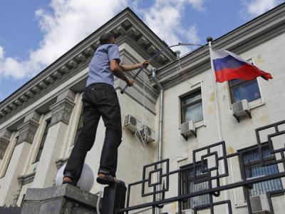 Нацисты пикетировали посольс…