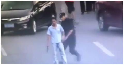 Сотрудница китайской полиции мастерски обезвредила мужчину, угрожавшего ножом