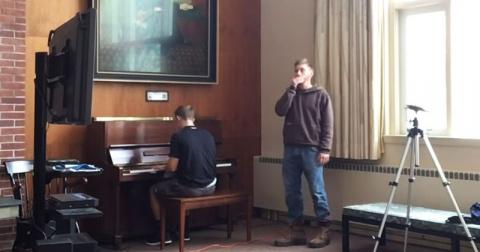 Он садится за рояль и начина…