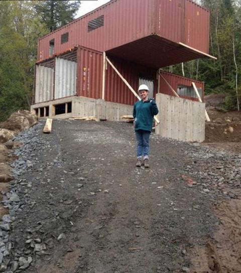 Она построила дом из грузовы…