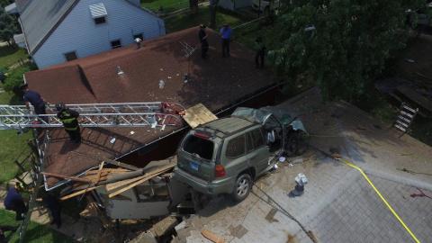 Кроссовер залетел с дороги на крышу дома