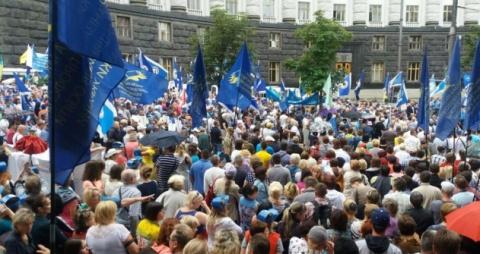 Тысячи возмущенных киевлян в…