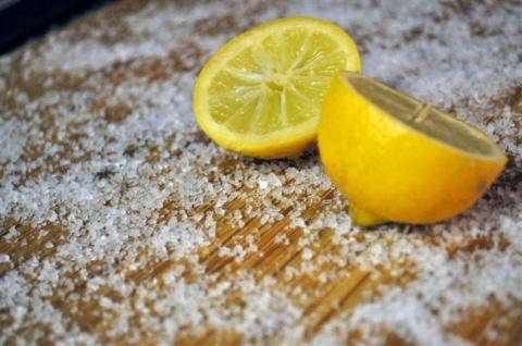 Как легко почистить кухонную доску?