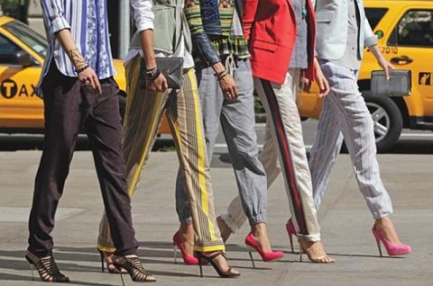 Тренд: Рианна, Кендалл Дженнер и другие выбирают спортивные брюки с лампасами