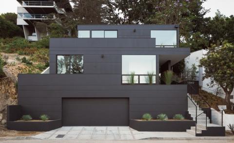 Красивый дачный дом на рельефе